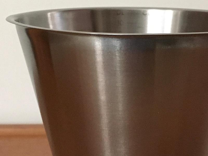ピカールで磨いたステンレス製計量カップ。