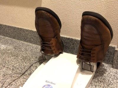 使うときはノズルを立て、靴を差し込みます。タイマーは最大60分まで。ビジネスシューズやスニーカーのように甲が深い靴のほうがしっかり装着でき、効果も高まりそう