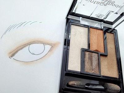 中央上のくすみカラーで目もとを囲むから抜け感のある印象的な目もとに