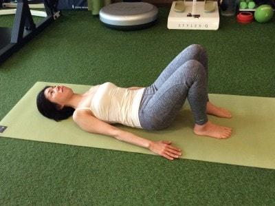 動作1.仰向けになったら、足を肩幅開きます