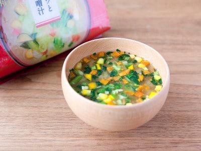 「ざくざくキャベツと六種野菜のお味噌汁」は、カラフルな具材が食卓に映える