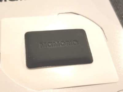 バッテリー内蔵だが、紙のように薄型。シールとして貼ることができる。