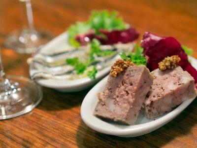 銀座の隠れ家的スペインバル、マルコナの「黒豚とイベリコ豚のパテwith赤ワイン」。セットで1チケット。