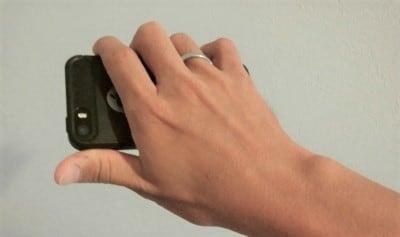リングを立てて指を通せば、ランニング中も落下させずスマホを手持ちできます