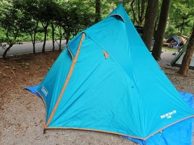 コールマンのティピー型テント(メインポール1本と玄関口をつくるサブポール1本、合わせて2本のポールだけで組み立てる)