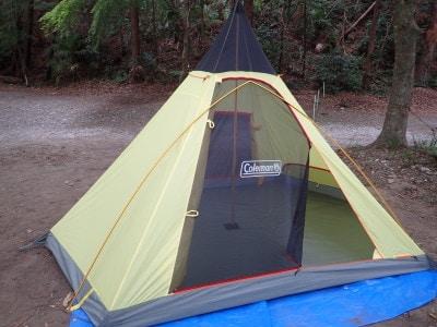 テント組み立て途中