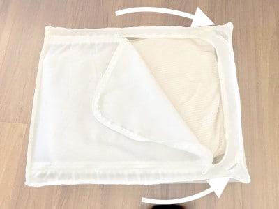 角にメッシュ部分があり中の布団の空気を抜いて収納できる