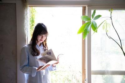 絵本を読む女性