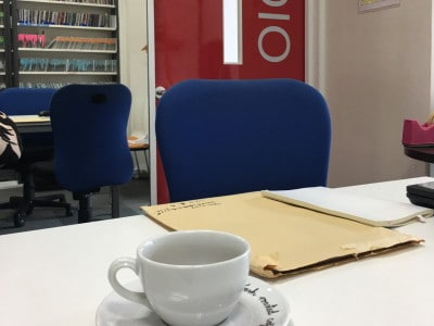 仕事の打ち合わせや営業先での商談など、狭い個室でニオイ対策は必須。