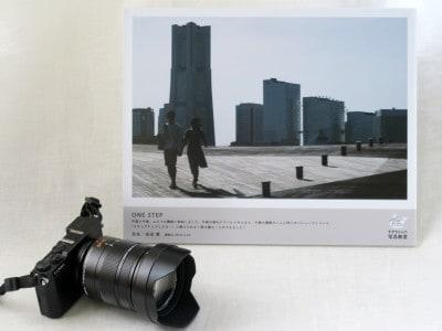 愛機の超軽量ミラーレス一眼、パナソニック「LUMIX(ルミックス)GM5」とライカレンズ(12-60mm)。後ろの写真は、写真教室で撮影した初めての「作品」(2018年11月26日撮影)