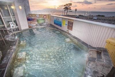 駿河湾の浜風による「海気浴」と「塩湯治」を味わうことができる露天風呂
