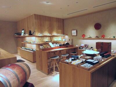 KIKKOMANLIVEKITCHENTOKYO(キッコーマンライブキッチン東京)店内に併設されているショップ。数々の受賞歴を誇る「ソラリス」などのワインや、オリジナルのお菓子や調味料も販売されている