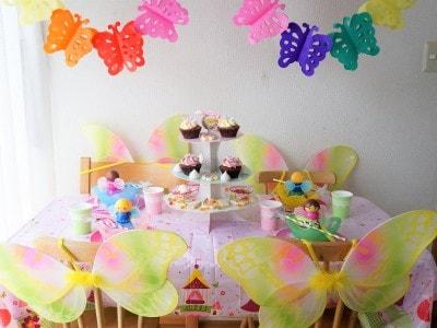 紙のテーブルクロスや装飾でまるで妖精パーティーに。カップケーキスタンドまで紙製!