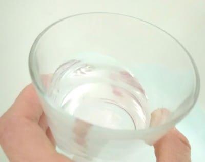 無着色なのでお湯に溶かすと透明になります