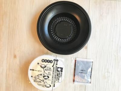 中にある豆腐と添付ソースを器に入れてレンジで温めるだけ