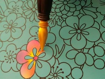 黒い線を残して削っていくときれいなグラデーションが!シートによっては、キラキラ輝く色が表れます