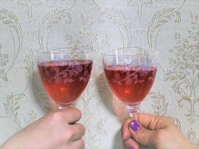 ロゼワインにも見間違えそうなぐらい赤い色が美しい緑茶です。