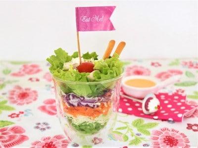 グラスサラダやカップ寿司でカラフルな断面を楽しむ。