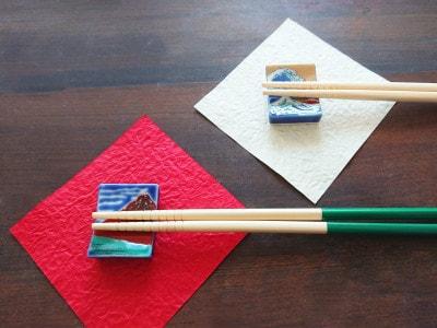 和紙の上に九谷焼のはしおきこれくしょんを置いて彩る
