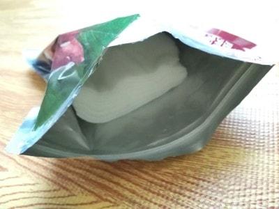 袋の中には美容液がしっかり浸っているシートが10枚入っています