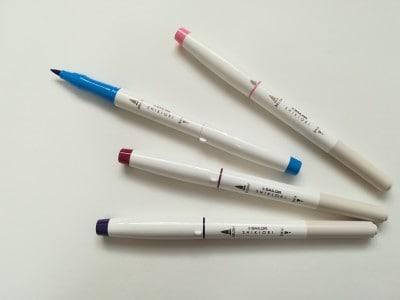 水性インクの「四季織マーカー」。上から順番に、桜森(さくらもり)、蒼天(そうてん)、奥山(おくやま)、時雨(しぐれ)