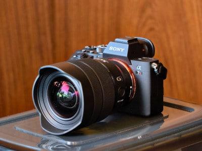 SONYデジタル一眼カメラ『α7RIII』。カメラを置いている台は愛用の防湿庫