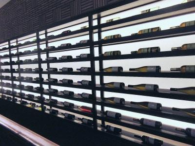 第一ホテル東京「ラウンジ21」料理に合わせて提案されるワインが壁一面に並ぶ