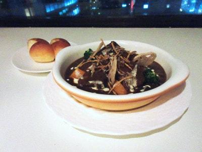 第一ホテル東京「ラウンジ21」とろとろビーフシチュー牛肉と根菜のマスカット・ベーリーA煮込み