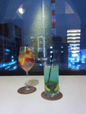 第一ホテル東京「ラウンジ21」季節のカクテル(左がフルーツスプリッツァー、右がテンダーグリーンモヒート)