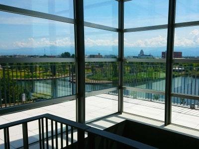 館内からは環水公園や立山連峰の美しい眺望を四季折々に楽しめる