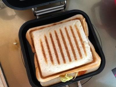 食パンに具材をはさみ両面を1分ずつ加熱。焦げ目が絶妙なホットサンドのできあがり。