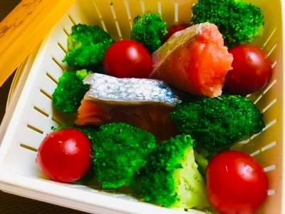 ブロッコリーとトマトは、鮭と一緒に蒸して吸収率アップ