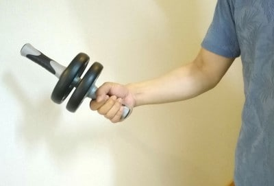 持ち運びも簡単で筋トレも始めやすい腹筋ローラーです