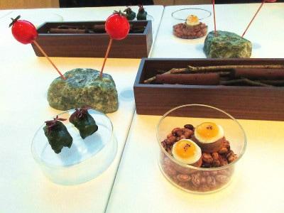 コンラッド東京「コラージュ」左上から時計回りに「トマト!?」「フォアグラとカカオのシガー」「ウズラの卵とキントア豚のテリーヌ」「縞鯵のタルタルとクリスタルキャビア」