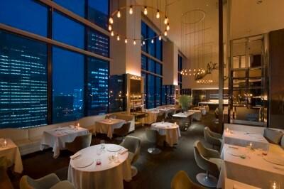 コンラッド東京「コラージュ」天井高7メートルを誇り、開放感がある