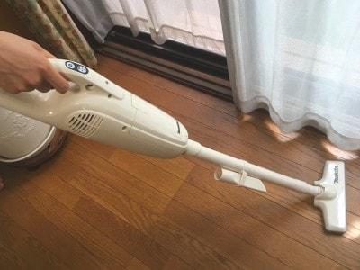 マキタの充電式クリーナは本体1キロと軽いため、スイスイと掃除ができる