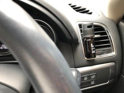 仕事で運転するときは、運転席側のソケットに装着!