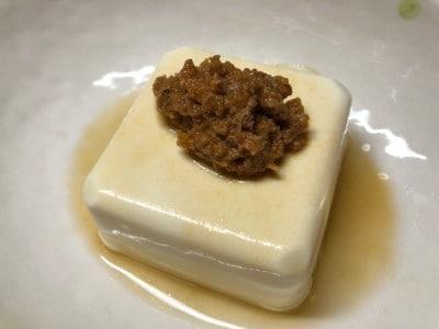 豆腐にかける洋風冷や奴のできあがり。(少し醤油をたらすとさらに美味)