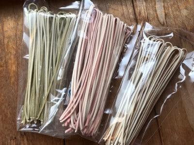 うどんと蕎麦の合体麺。味は元祖、梅、お茶の3種類。
