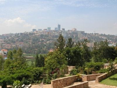 """""""千の丘の国""""と呼ばれるルワンダの風景。この独特の国土が、あの時被害者たちの逃げ場を奪っていったのかもしれない……"""