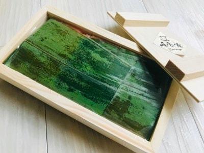 木箱を開けると鮮やかなグリーンの笹が。プレゼント感にワクワクする。