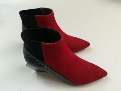 メタリックヒールに、異なるテクスチャーの赤と黒を組み合わせた斬新なサイドルック。ユナイテッドヌードのショートブーツは、個性的でありながら、歩きやすさにも定評があります