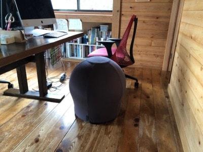 パソコンの前に置かれているマッシュルームみたいなもの。これが椅子型バランスボール「MAROOMS」