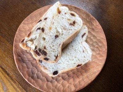 焼き立てパンやトーストを置いてもカリカリ感が続く木のお皿。