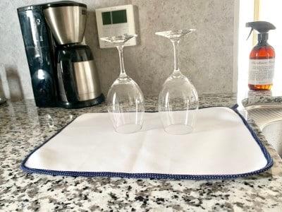 程よい厚みで表面が滑らかなのでワイングラスも安定