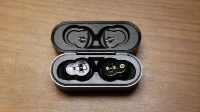 専用ケースを使って耳栓を充電する