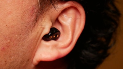 耳にスッポリ納まるコンパクトさ