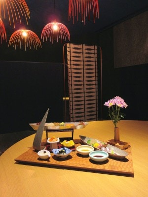 星野リゾートリゾナーレ熱海「和食ダイニング花火」の八寸からお造り、酢の物が載せられた「宝楽盛り」