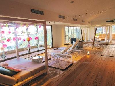 星野リゾートリゾナーレ熱海大人のみが寛げるエリアも備えた「ソラノビーチBooks&Cafe」。テラスでは秋限定のイベント「3時のヒモノ」を開催