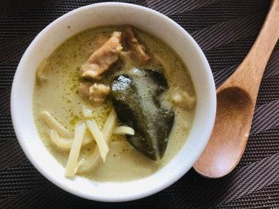 サラサラのスープにシンプルな具材。グリーンカレーらしくこぶみかんの葉も1枚。